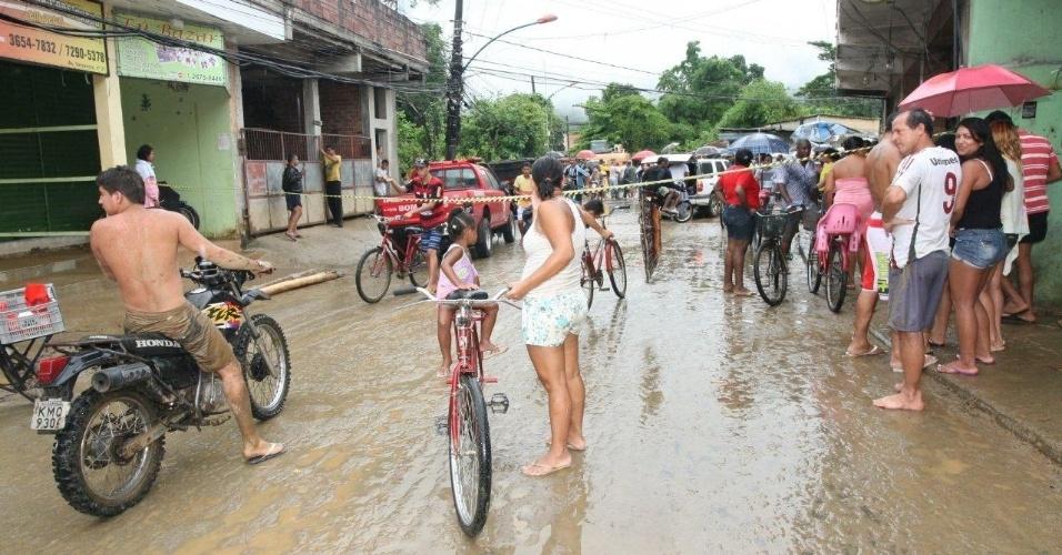 3.jan.2013 - Rua é interditada no bairro de Xerém, em Duque de Caxias (RJ), após enchente provocada por forte chuva que caiu durante a madrugada. Um homem morreu, após o desabamento de uma casa. Cerca de cem pessoas foram desalojadas, segundo a Defesa Civil