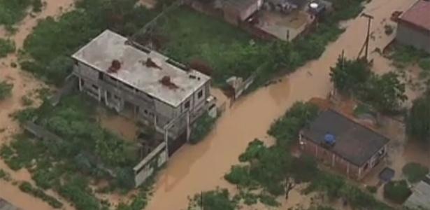 Ruas do bairro de Xerém, em Duque de Caxias, ficam alagadas após forte chuva