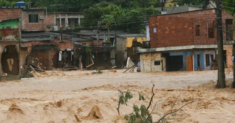 3.jan.2013 - Ruas ficam alagadas e casas são destruídas no bairro de Xerém, em Duque de Caxias (RJ), após forte chuva que caiu durante a madrugada. Um homem morreu, após o desabamento de uma casa. Cerca de cem pessoas foram desalojadas, segundo a Defesa Civil