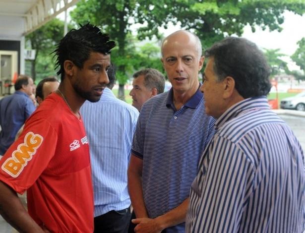 Com contrato renovado, Léo Moura conversa com dirigentes do Flamengo