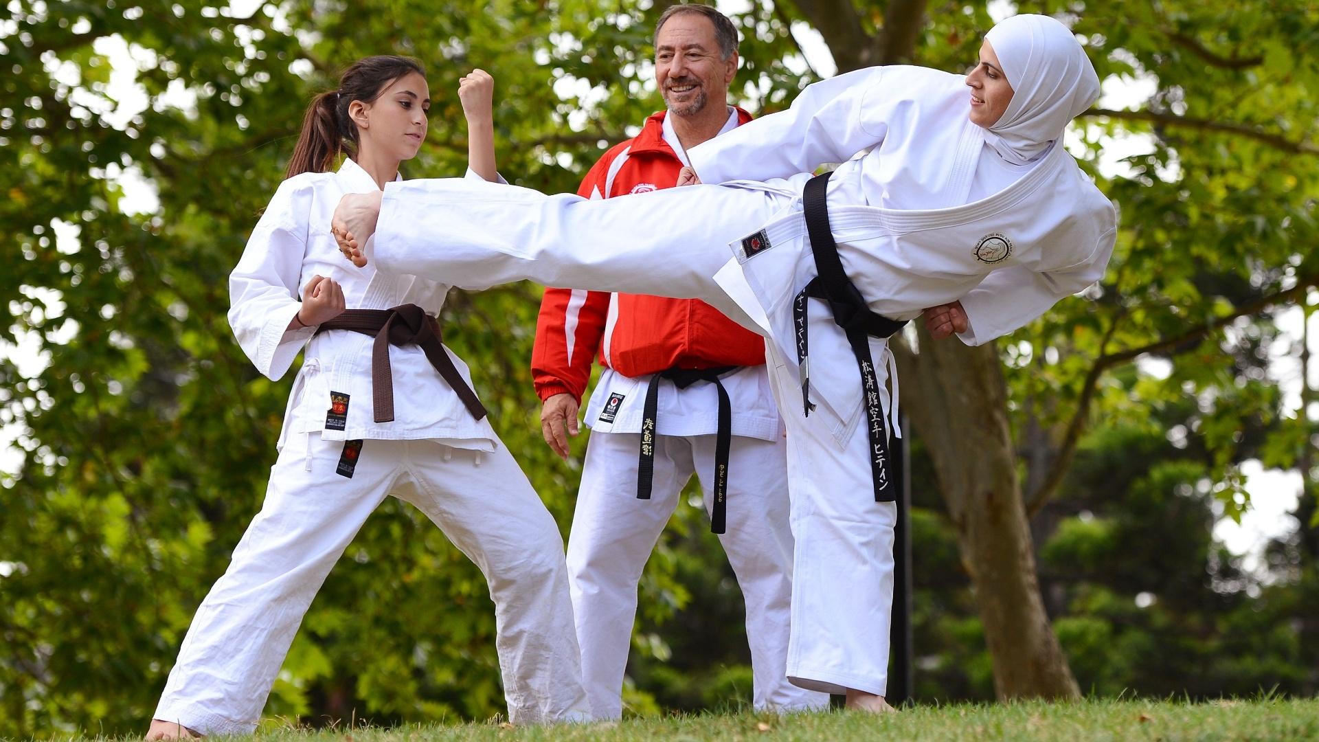 Karateca pratica o esporte usando véu, ou hijab, desenhado especialmente para o esporte