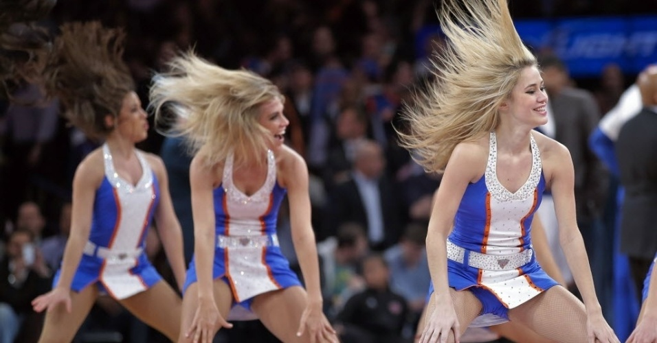 03.jan.2013 - Cheerleaders do New York Knicks dançam em intervalo da vitória do time contra os Spurs