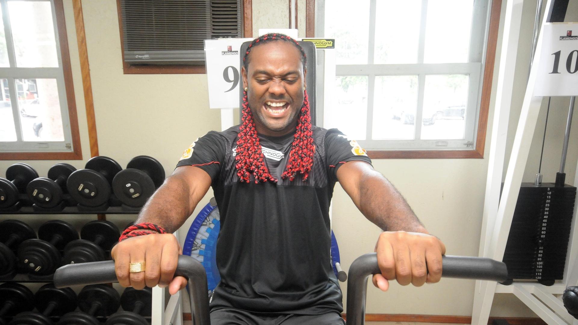 04.jan.2012 - Vagner Love faz careta durante treino físico do Flamengo na academia do clube