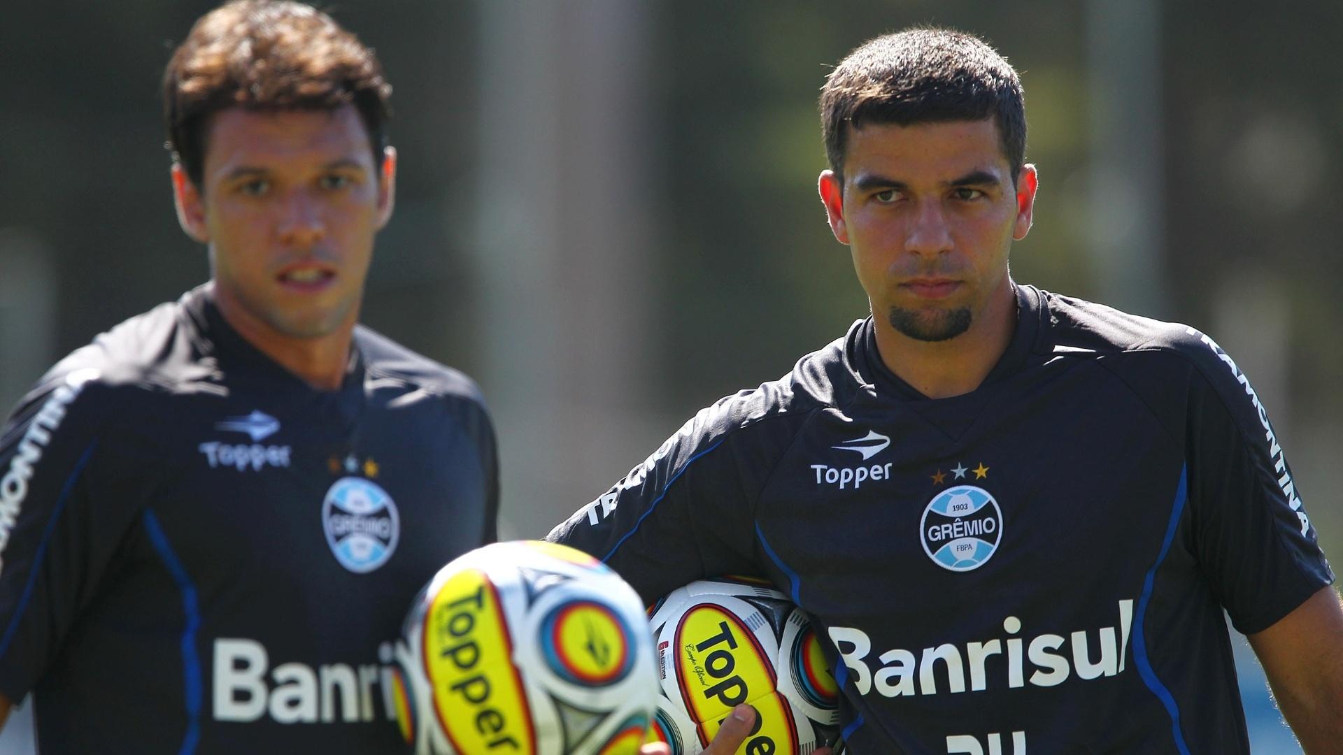 04.jan.2013-André Lima aguarda com a bola na mão para realizar trabalho em treinamento do Grêmio