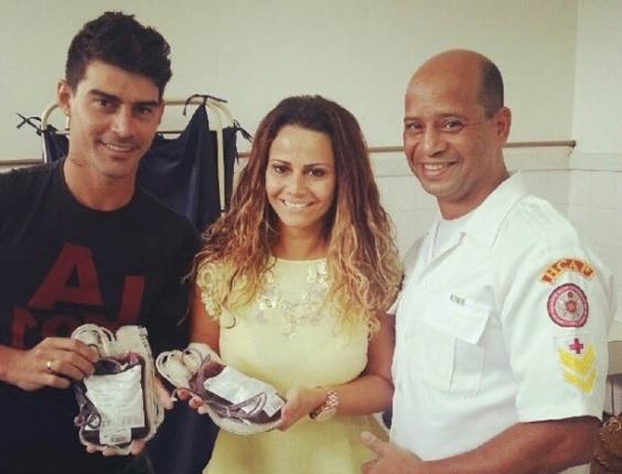 4.jan.2013 - Ao lado do noivo, Radamés, Viviane Araújo doa sangue em hospital do Rio