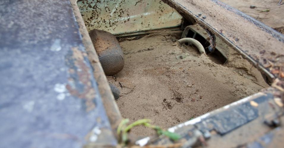 4.jan.2013 - Detalhe de um carro cheio de terra, após enchente decorrente das fortes chuvas da madrugada de quinta-feira (3). Pelo menos 300 pessoas foram desalojadas e uma pessoa morreu durante as enchentes