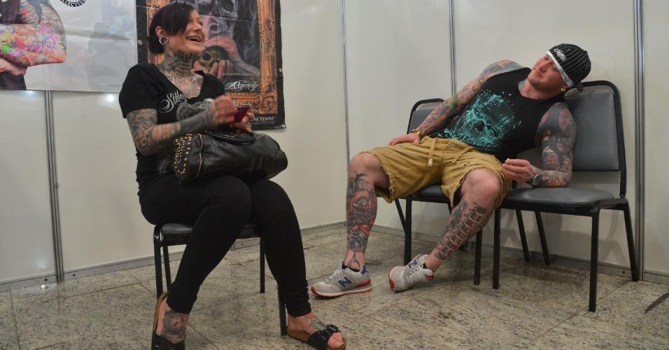 4.jan.2013 - Duas pessoas conversam durante uma feira internacional de tatuagem, realizada no Rio de Janeiro. O evento reúne cerca de mil tatuadores, artistas plásticos e body piercings, entre esta sexta-feira (4) e o domingo (6)