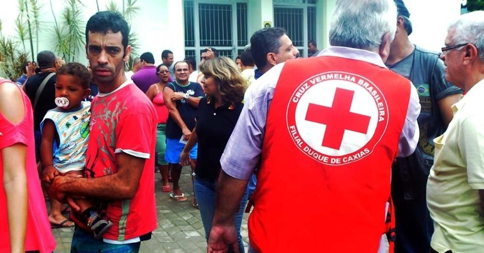 4.jan.2013 - Moradores que perderam suas casas em Xerém, Duque de caxias (RJ), foram para igrejas do bairro onde estão sendo acolhidas e recebem donativos