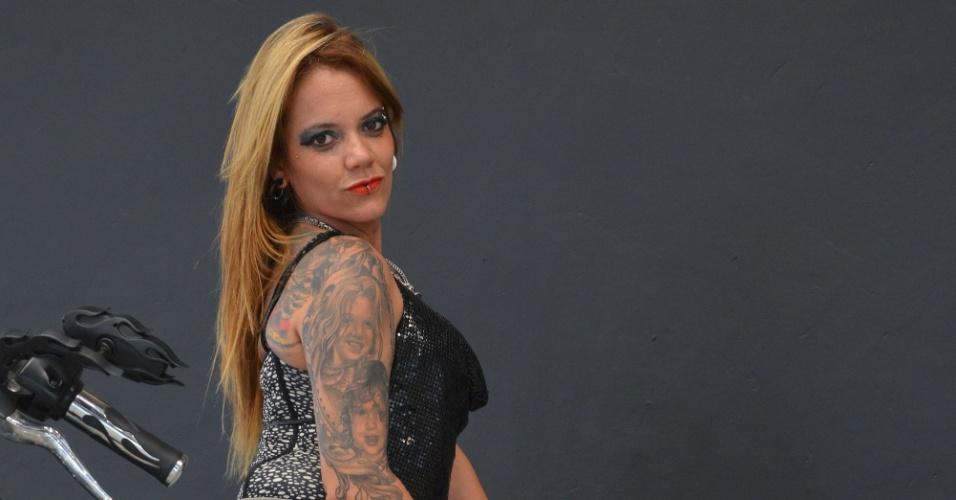 4.jan.2013 - Mulher exibe suas tatuagens durante a feira internacional Tattoo Week, no Rio de Janeiro. O evento reúne cerca de mil tatuadores, artistas plásticos e body piercings, entre esta sexta-feira (4) e o domingo (6)