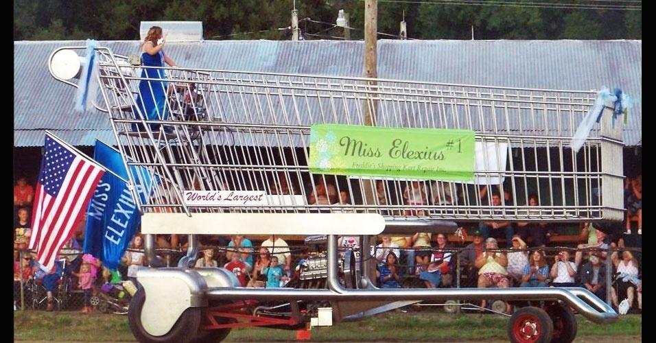 4.jan.2013 - O maior carrinho motorizado de compras do mundo mede 8,23 metros de comprimento e 4,57 metros de altura. Foi construído por Frederick Reifsteck e exposto na cidade americana de South Wales, em Nova York