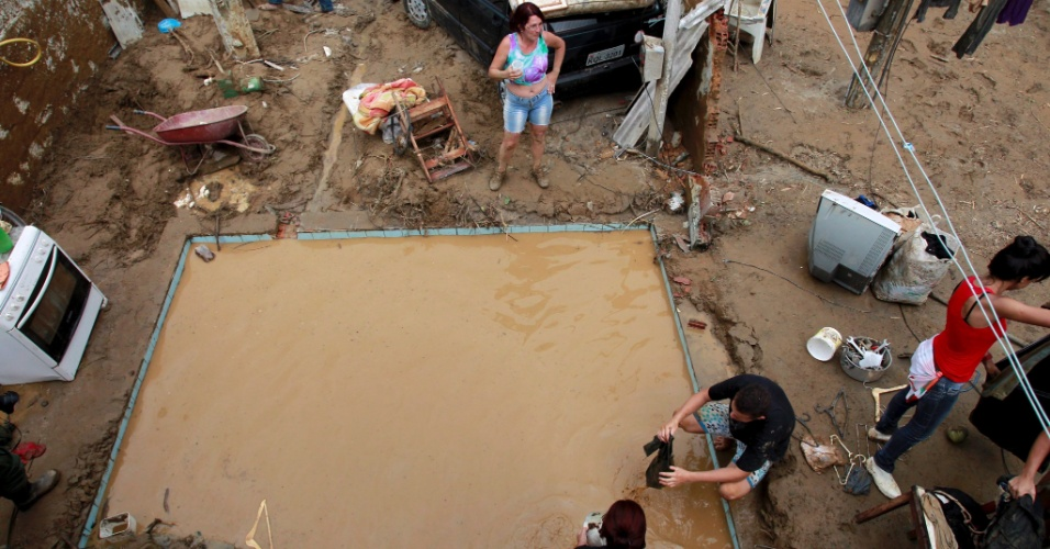 4.jan.2013 - Piscina fica cheia de lama após fortes chuvas que atingiram Xerém, na cidade de Duque de Caxias, Baixada Fluminense