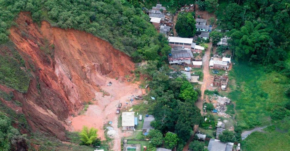 4.jan.2013 - Vista aérea mostra danos causados ??pelas cheias no rio Capivari, em Xerém, Duque de Caxias, após fortes chuvas na madrugada de quinta-feira (3). Pelo menos 300 pessoas foram desalojadas e uma pessoa morreu durante as enchentes