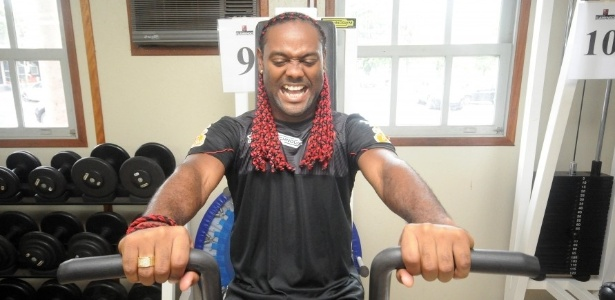 Vagner Love faz careta durante exerccio na academia do Flamengo, no Ninho do Urubu