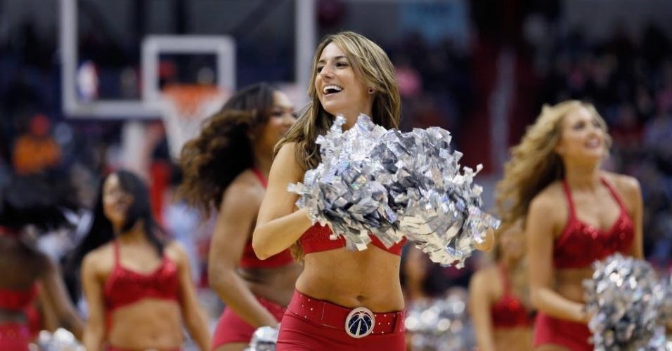 04.jan.2013 - Cheerleaders dos Wizards tentam animar a equipe, a pior da NBA na temporada; mesmo assim, a equipe de Washington perdeu na segunda prorrogação para os Nets