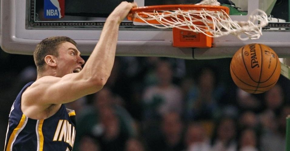 04.jan.2013 - Nem a enterrada, nem a careta de Tyler Hansbrough adiantaram para os Pacers passarem pelos Celtics