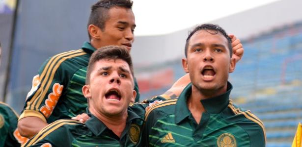 Jogadores do Palmeiras comemoram um dos gols de Vinícius na goleada na Copa SP