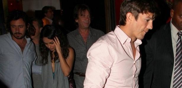 4.jan.2013 - Ashton Kutcher e Mila Kunis são vistos deixando restaurante na zona sul do Rio de Janeiro. O casal estava acompanhado do apresentador Luciano Huck