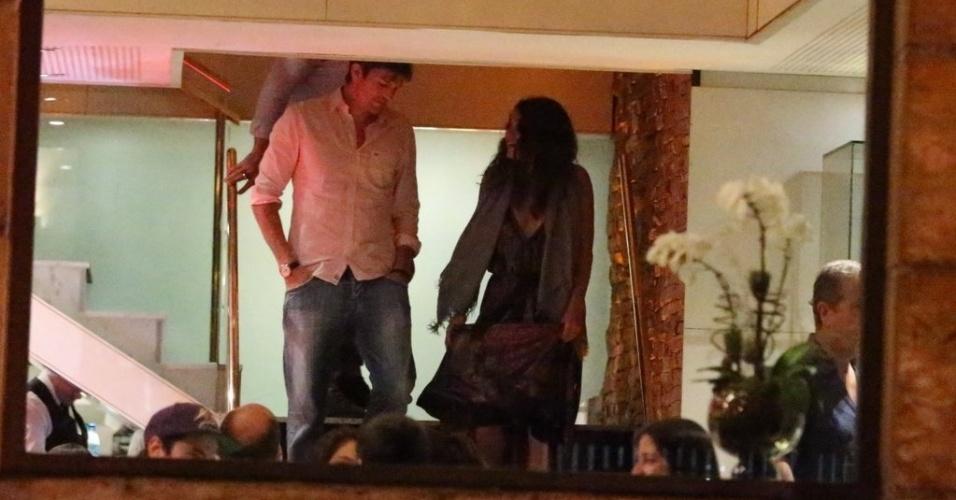 4.jan.2013 - Ashton Kutcher e Mila Kunis são vistos em restaurante na zona sul do Rio de Janeiro. O casal estava acompanhado do apresentador Luciano Huck