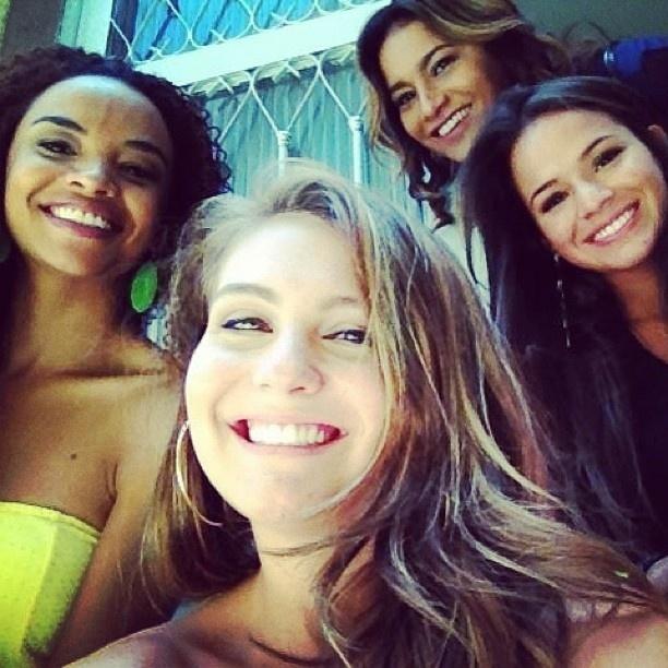 5.jan.2012 - Bruna Marquezine publicou em sua conta no Instagram uma foto com as colegas de elenco de