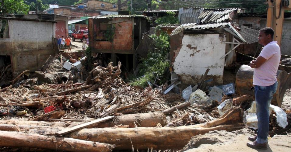 5.jan.2012 - Casas correm risco de ser engolidas por buraco formado pelas chuvas no distrito de Xerém, em Duque de Caxias, na Baixada Fluminense. Com a trégua dos temporais na região, os moradores iniciaram as limpezas das casas e das ruas