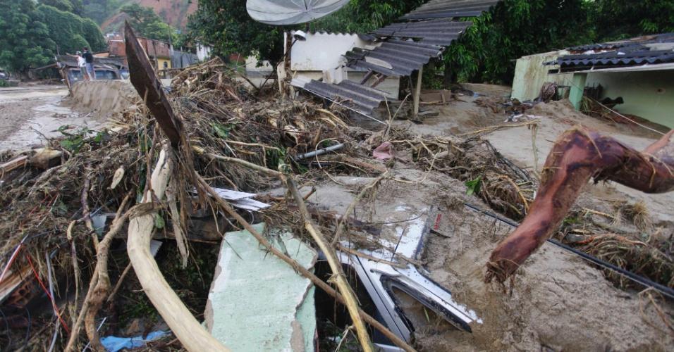5.jan.2013 - Destruição causada pelas chuvas deixam marcas pelas ruas do distrito de Xerém, em Duque de Caxias, na Baixada Fluminense
