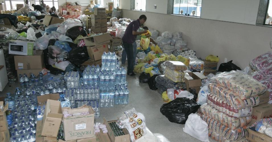 5.jan.2013 - Donativos são entregues aos desabrigados do distrito de Xerém, em Duque de Caxias, na Baixada Fluminense, após fortes chuvas castigarem a região