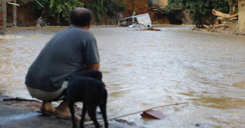 5.jan.2013 -  Morador observa rescaldo da destruição causada pelas chuvas no distrito de Xerém, em Duque de Caxias, na Baixada Fluminense