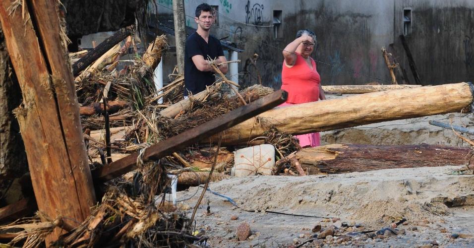 5.jan.2013 - Moradores observam o rescaldo da destruição causada pelas chuvas no distrito de Xerém, em Duque de Caxias, na Baixada Fluminense. Com a trégua dos temporais na região, os moradores iniciaram as limpezas das casas e das ruas