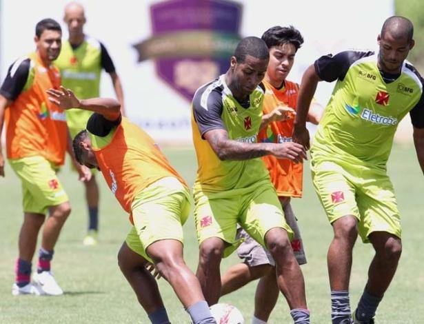 Dedé participa de treinamento com bola ao lado dos companheiros em Pinheiral (05/01/2013)