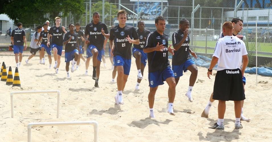 Goleiro Dida e jogadores do Grêmio fazem exercício na caixa de areia durante a pré-temporada 2013 no estádio Olímpico (05/01/2013)