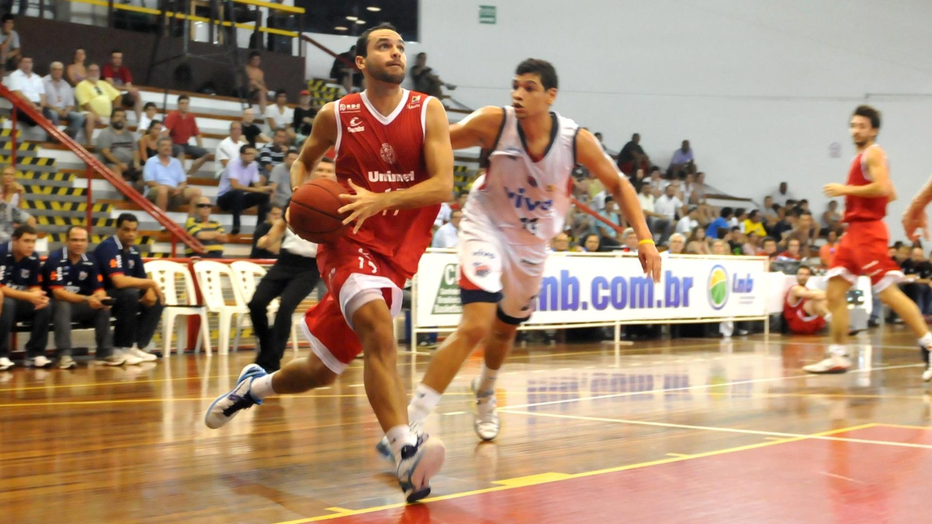 05.jan.2012 - Pedro, do Paulistano, encara a marcação de Leo Meindl, do Franca, durante jogo do NBB