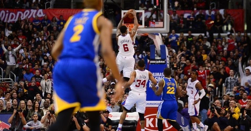 05.jan.2013 - DeAndre Jordan finaliza ponte-aérea em passe de Chris Paul; os Clippers venceram pela segunda noite seguida, desta vez contra os Warriors