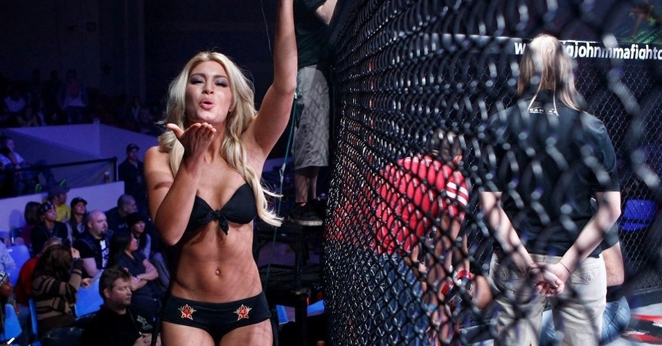 05.jan.2013 - Ring girl do Invicta FC 4 manda beijo para a câmera