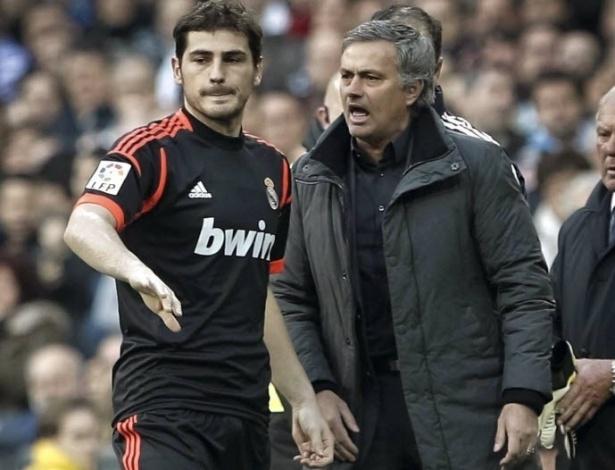 06.jan.2013 - José Mourinho (dir,) é forçado a colocar Iker Casillas (esq.) em campo após expulsão do goleiro titular Antonio Adán, em partida do Real Madrid contra a Real Sociedad pelo Campeonato Espanhol