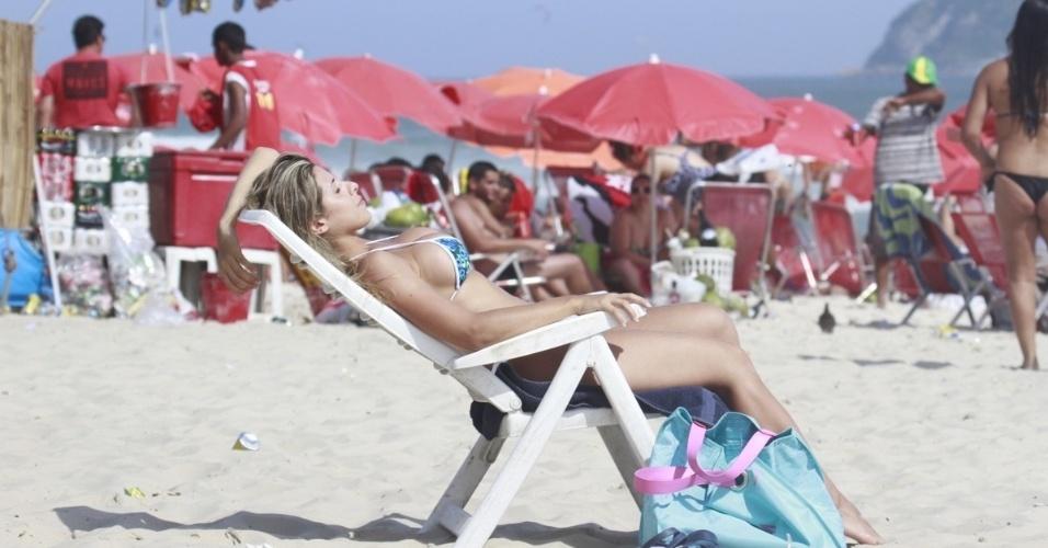 6.jan.2013 - Ana Paula Minerato, musa da Gaviões da Fiel, curte o sol carioca na praia da Barra da Tijuca