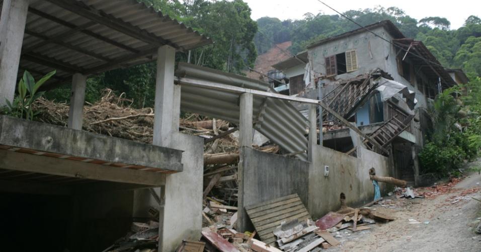6.jan.2013 - Comunidade de Santa Rita do Bracuhy, em Angra dos Reis (RJ), foi fortemente afetada por deslizamentos de terra. O Estado do Rio de Janeiro já soma mais de 3.000 desalojadas e desabrigados em função das chuvas