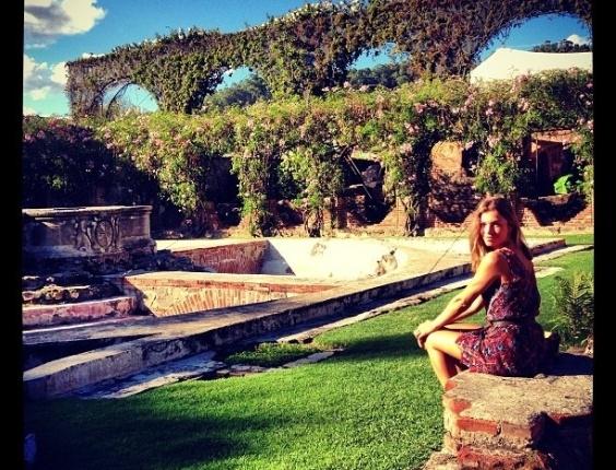 6.jan.2013 - Em viagem à Guatemala, Grazi Massafera posta foto dela em um jardim. A atriz, que está acompanhada do marido, Cauã Reymond, e da filha, Sofia, grava cenas da próxima novela das 18h da Globo,