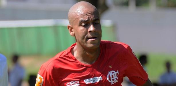 Sem espaço no time do Flamengo, zagueiro Alex Silva vinha treinando separadamente