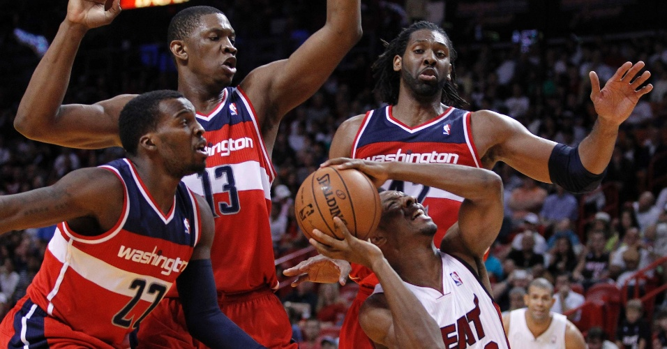 06.dez.2012 - Shelvin Mack, Kevin Seraphin e Nenê tentam roubar a bola de Noris Cole na derrota do Washington Wizards para o Miami Heat