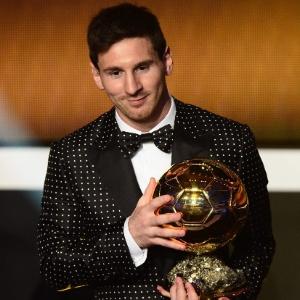 Messi exibe prêmio de melhor do mundo de 2012. É o 4º ano consecutivo que o argentino fatura.