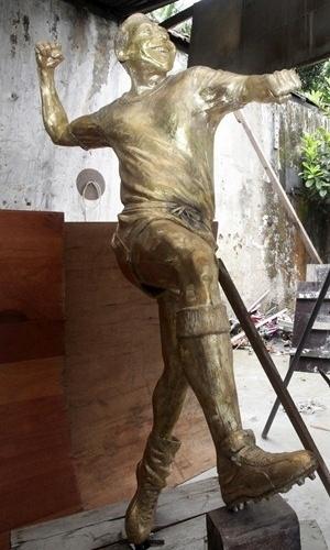 07.jan.2013 - Governo do Rio de Janeiro divulga estátua em bronze de Pelé que ficará exposta no Maracanã