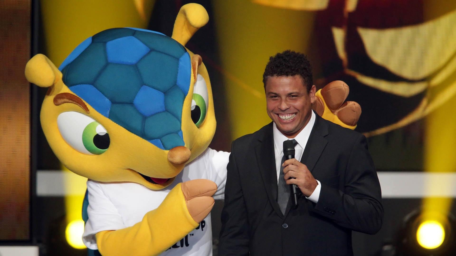 07.jan.2013- Ao lado do mascote da Copa de 2014, Ronaldo discursa e fala sobre o evento no Brasil na cerimnia de premiao da Bola de Ouro da Fifa 2012