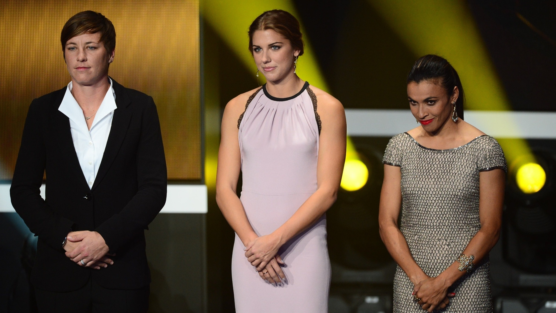 07.jan.2013- Candidatas a Bola de Ouro 2012, a brasileira Marta (d.) e as norte-americanas Alex Morgan (c.) e Abby Wambach (e.) são chamadas ao palco para homenagem em evento de premiação da Fifa