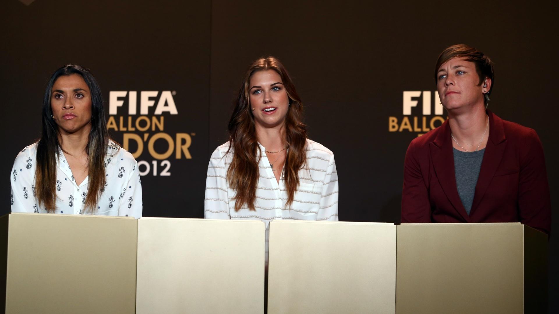 07.jan.2013- Candidatas a Bola de Ouro 2012, a brasileira Marta (e.) e as norte-americanas Alex Morgan (c.) e Abby Wambach (d.) participam de entrevista coletiva antes do evento de premiação