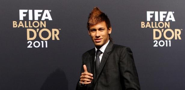 Neymar posa para foto no tapete vermelho do prêmio Bola de Ouro da Fifa