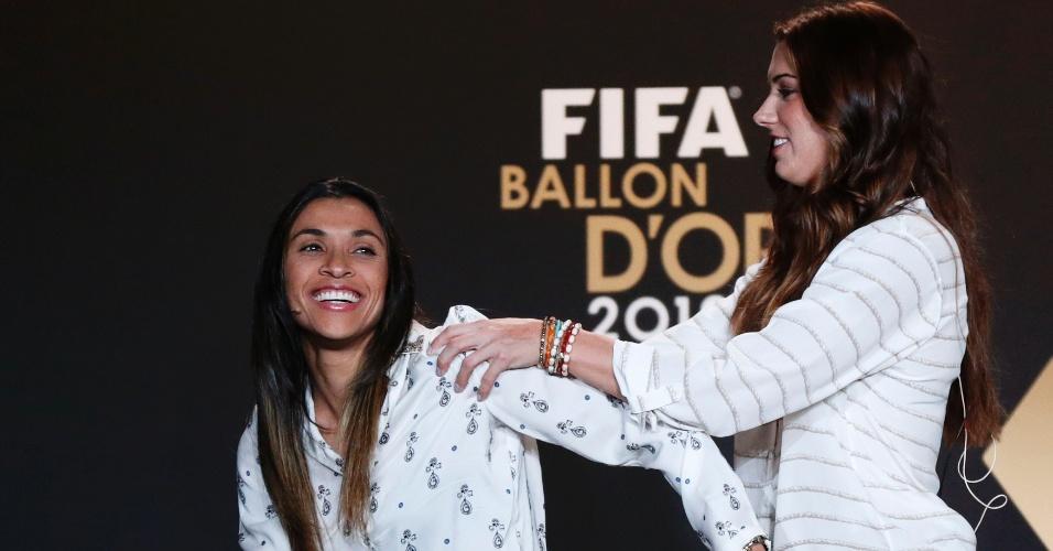 07.jan.2013- Norte-americana Alex Morgan brinca com Marta durante entrevista coletiva antes do prêmio Bola de Ouro da Fifa, as duas disputam o troféu de melhor jogadora de 2012