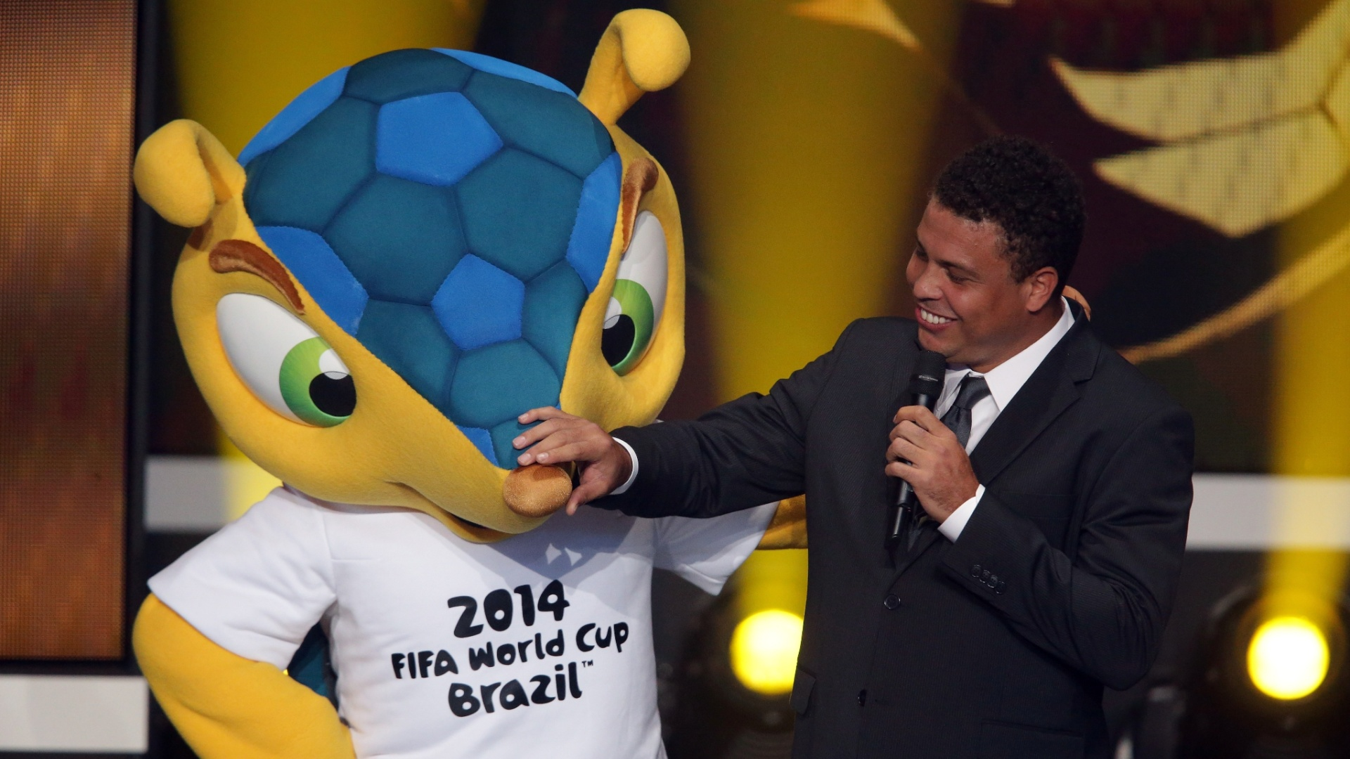 07.jan.2013- Ronaldo brinca com mascote da Copa 2014, Fuleco, durante evento de premiao da Bola de Ouro 2012