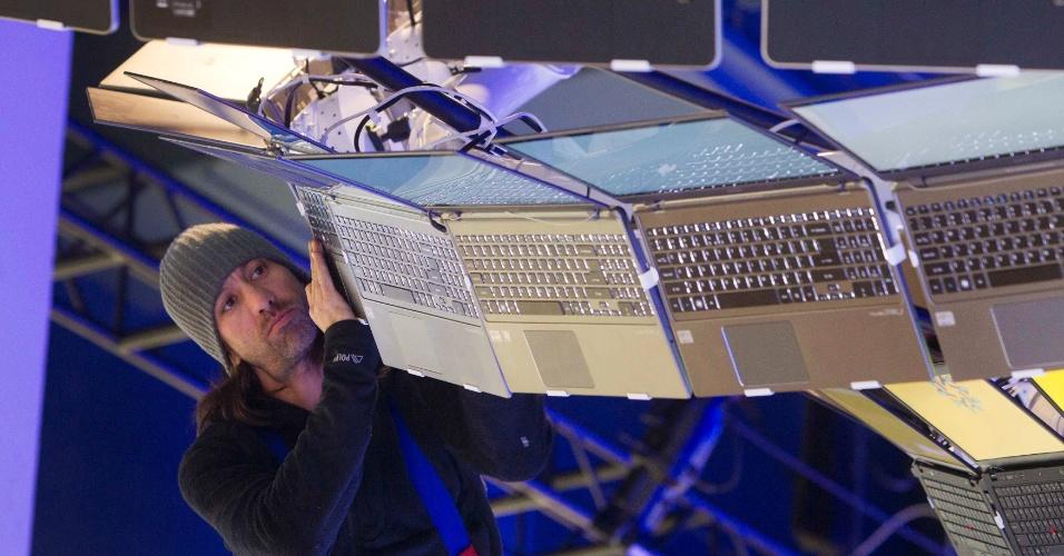 4.jan.2013 - Funcionários montam estandes da feira de tecnologia CES 2013, realizada em Las Vegas de 8 a 11 de janeiro