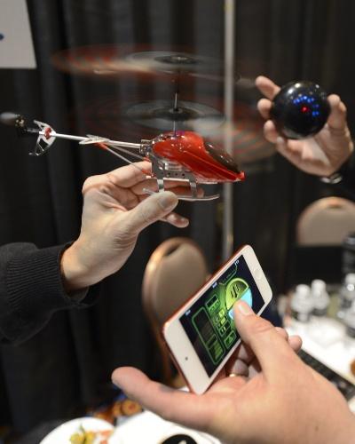 6.jan.2013 - Antes da abertura da feira, a companhia BeeWi apresentou o helicóptero de brinquedo acima, que pode ser controlado por telefones celulares e também tablets. O brinquedo é vendido a 80 euros (cerca de R$ 210) na França