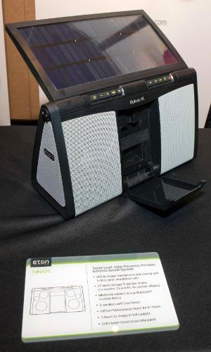 6.jan.2013 - Antes da abertura da feira, a empresa Eton apresentou o alto-falante Rukus XL, alimentado por luz solar. Segundo o fabricante, a recarga dura cinco horas, que rendem oito horas de funcionamento do aparelho. O preço não foi divulgado